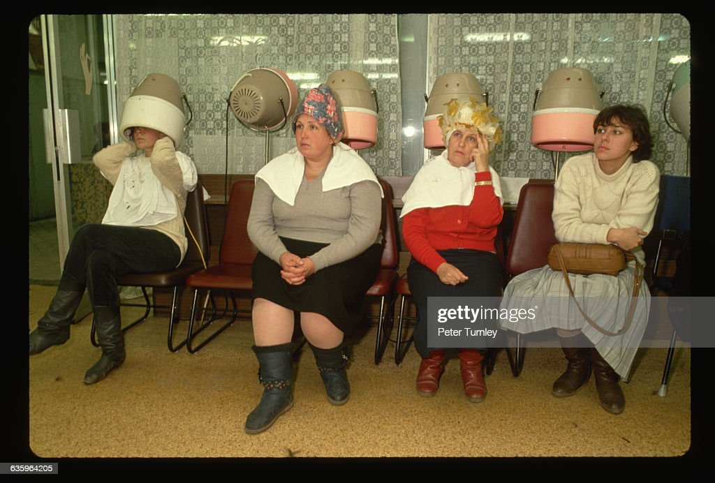 Women in Beauty Salon : News Photo