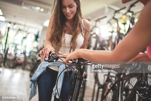 Frauen auf Fahrrad store