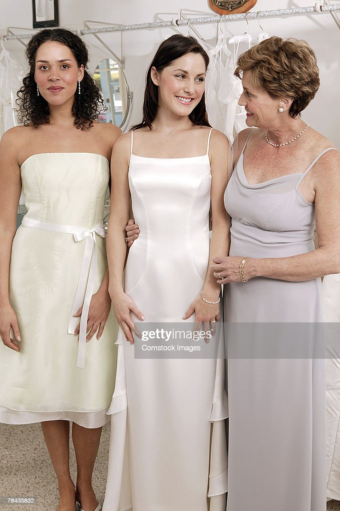 Women in bridal shop : Stockfoto