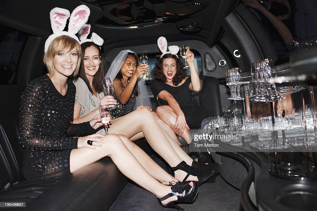 ウサギの耳を飲む女性にシャンパンでのリムジン : ストックフォト