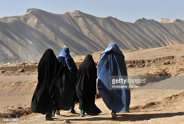 femmes dans l'afghanistan burqa, - burka photos et images de collection
