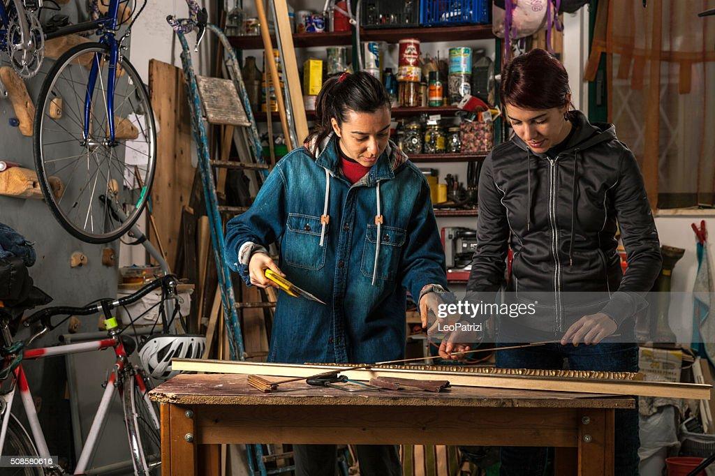 Donna d'affari, lavorando in un garage : Foto stock