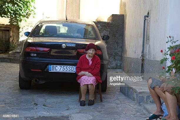 mujeres en calabria, italia - calabria fotografías e imágenes de stock