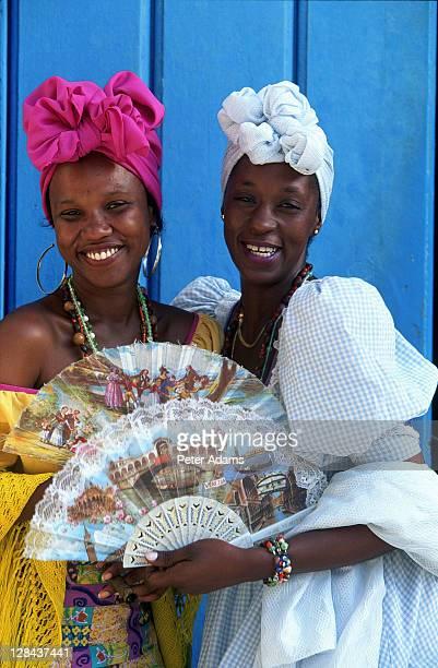 women in caribbean dress, havana, cuba - vestido tradicional fotografías e imágenes de stock