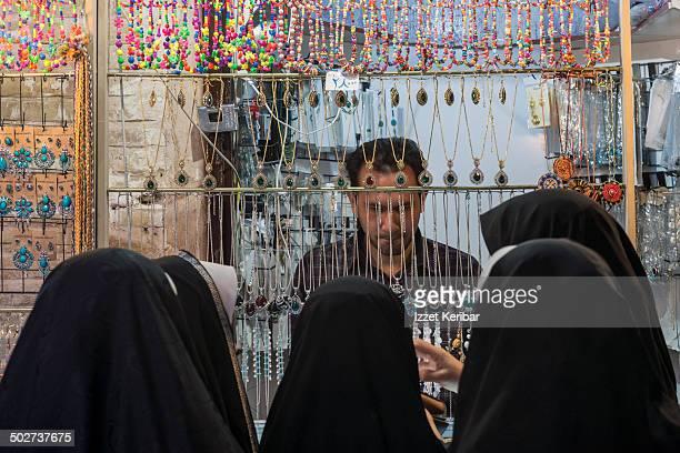 women in chador, esfahan grand bazaar, iran - エスファハーン グランドバザール ストックフォトと画像