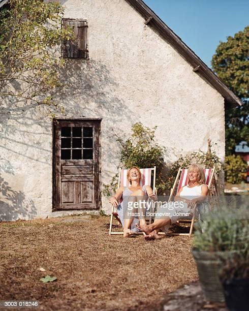 women in folding chairs - cadeira dobrável - fotografias e filmes do acervo
