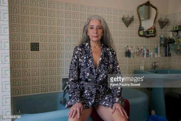 women in her bathroom - na moda descrição imagens e fotografias de stock