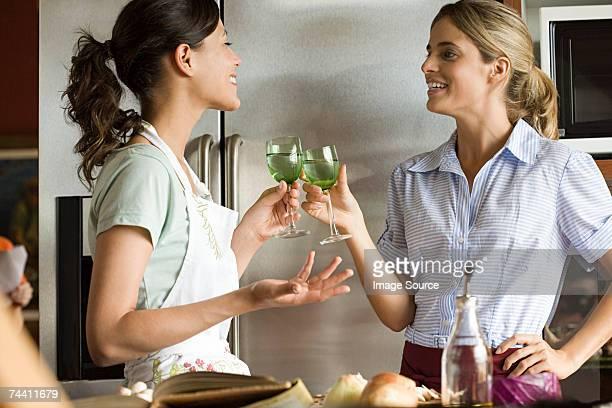 Femme dans la cuisine des vins