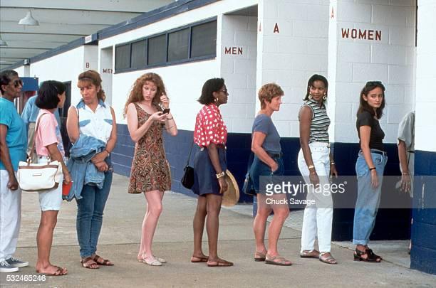 women in line for the restroom - impaciente fotografías e imágenes de stock