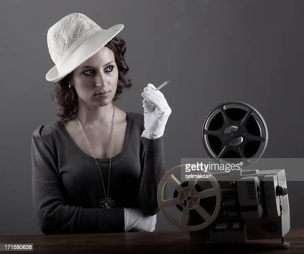 mujeres en old fashioned estilo frente de película de 8 mm - evento de publicidad fotografías e imágenes de stock