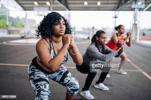 mujer obesa en sesión privada con instructor femenino - árbitro deportes fotografías e imágenes de stock