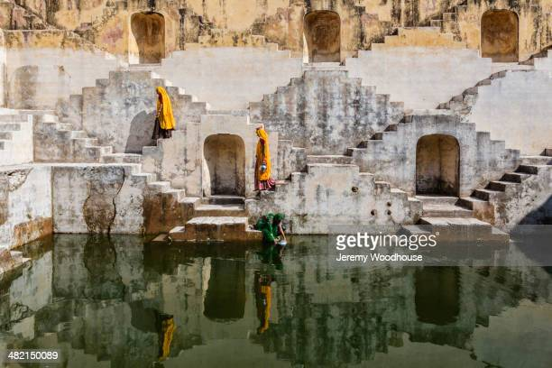 women in saris carrying water at step well, jaipur, rajasthan, india - stepwell imagens e fotografias de stock