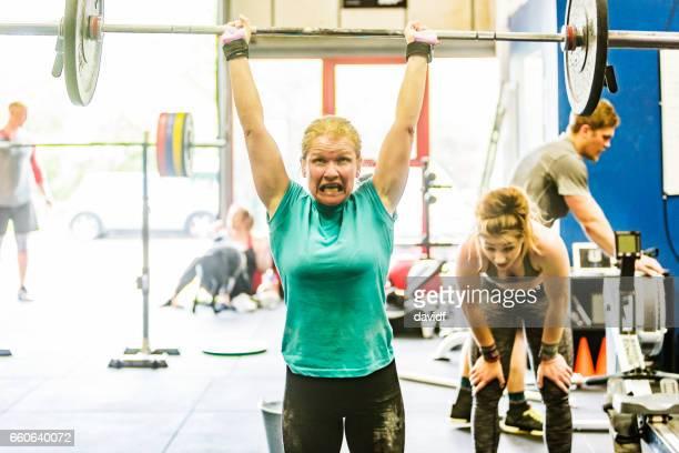 Kvinnor i Sport mogen kvinna Cross Training tyngdlyftning