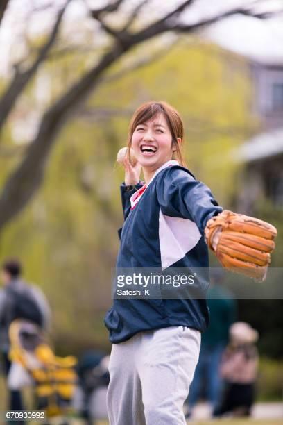運動中的婦女 - 棒球 團體運動 個照片及圖片檔