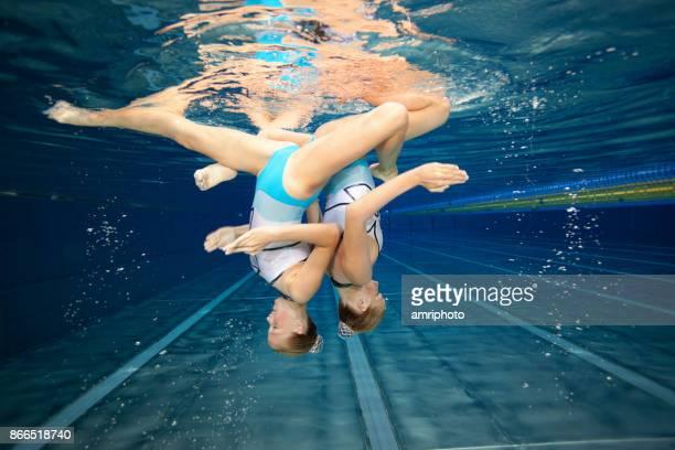 Frauen im Sport - Schwestern Unterwasser Synchronschwimmen pose