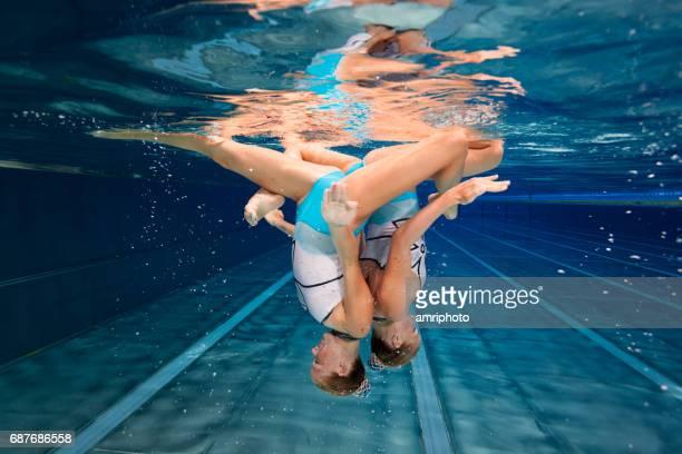 スポーツ、水中シンクロナイズド スイミングの女性