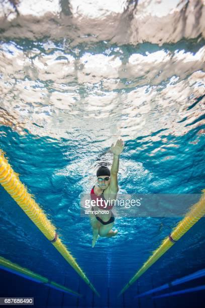 垂直水泳水中スポーツの女性