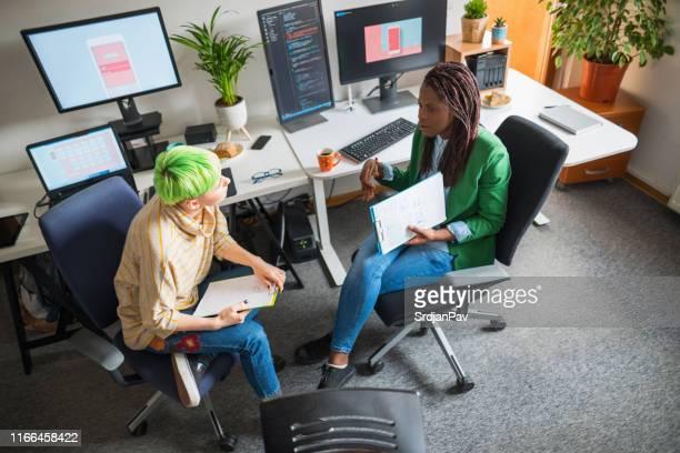 ハイテク業界の女性 - ウェブデザイナー ストックフォトと画像