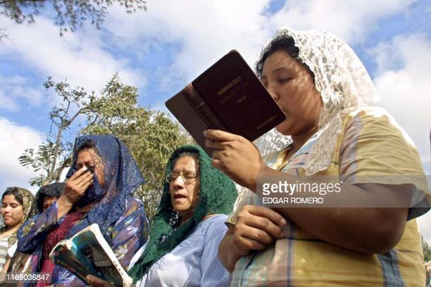 Women in the camp in Los Amaten Santa Tecla El Salvador pray 19 January 2001 to their relatives who were killed by the 13 january earthquake 10700...