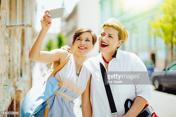 women in the city - short hair for fat women stock pictures, royalty-free photos & images