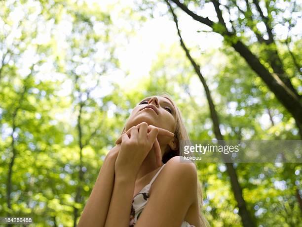 女性の森 - 息を止める ストックフォトと画像