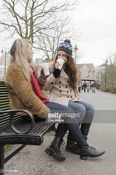 Zwei Frauen im park mit take away Körbchen
