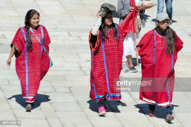 伝統的な huipils の女性
