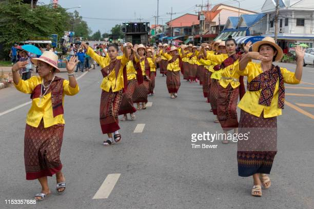 women in traditional thai clothes dancing in parade. - tim bewer fotografías e imágenes de stock