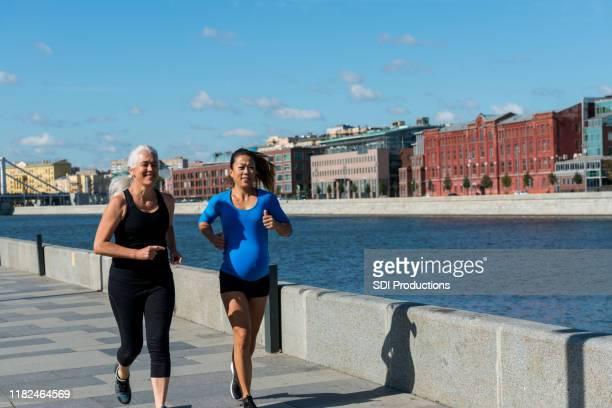 女性は一緒にジョギング - 運河 ストックフォトと画像