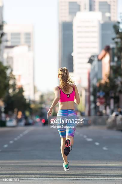 Femme Faire du jogging dans la rue dans le centre-ville