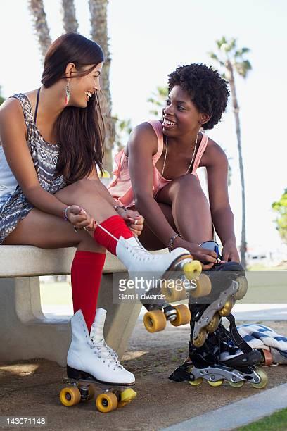 Femmes laçage patins dans le parc