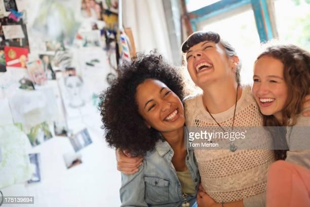 Mulher rir juntos em superfície de pavilhão