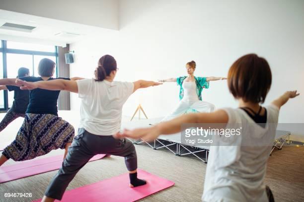 Vrouwen leren yoga in yogales