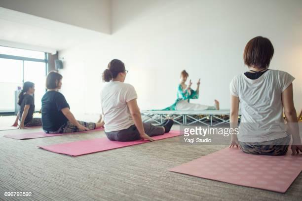 Femmes apprendre l'yoga dans les cours d'yoga