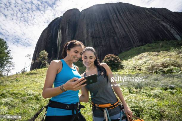 women looking at a selfie while rock climbing - antioquia stock pictures, royalty-free photos & images