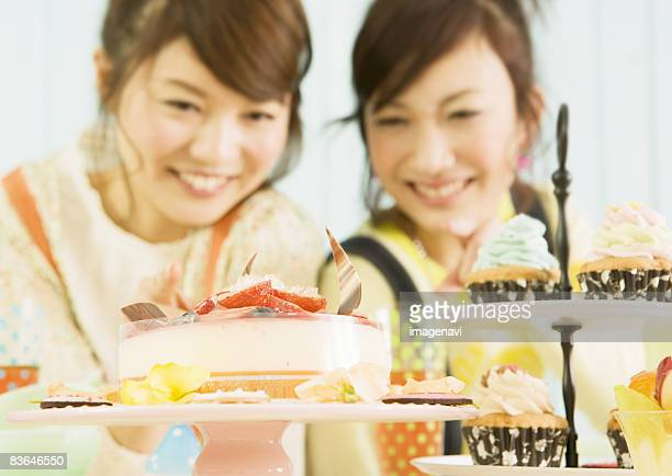 women looking at cake - fruitcake stock pictures, royalty-free photos & images