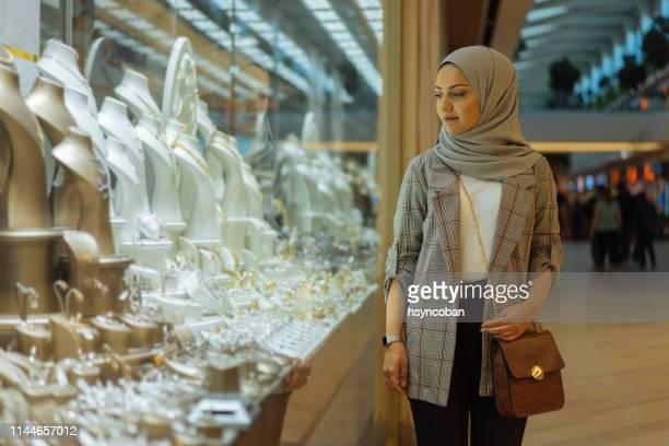 宝石店の窓を見ている女性 - 宝石店 ストックフォトと画像