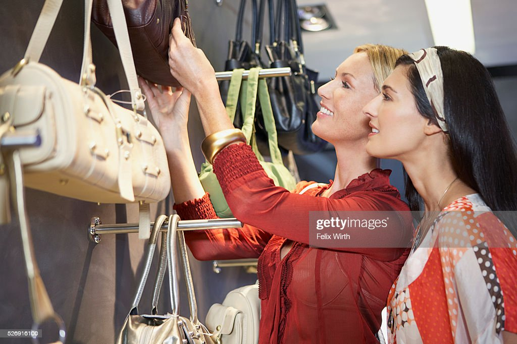 Women looking at purses : Stock-Foto