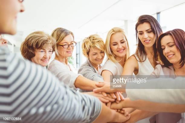 mulheres fazendo um monte de mãos - izusek - fotografias e filmes do acervo