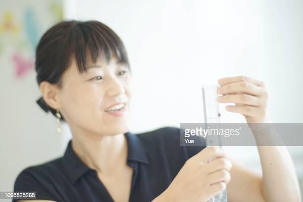 女性の宝石類を作る - ものさし ストックフォトと画像