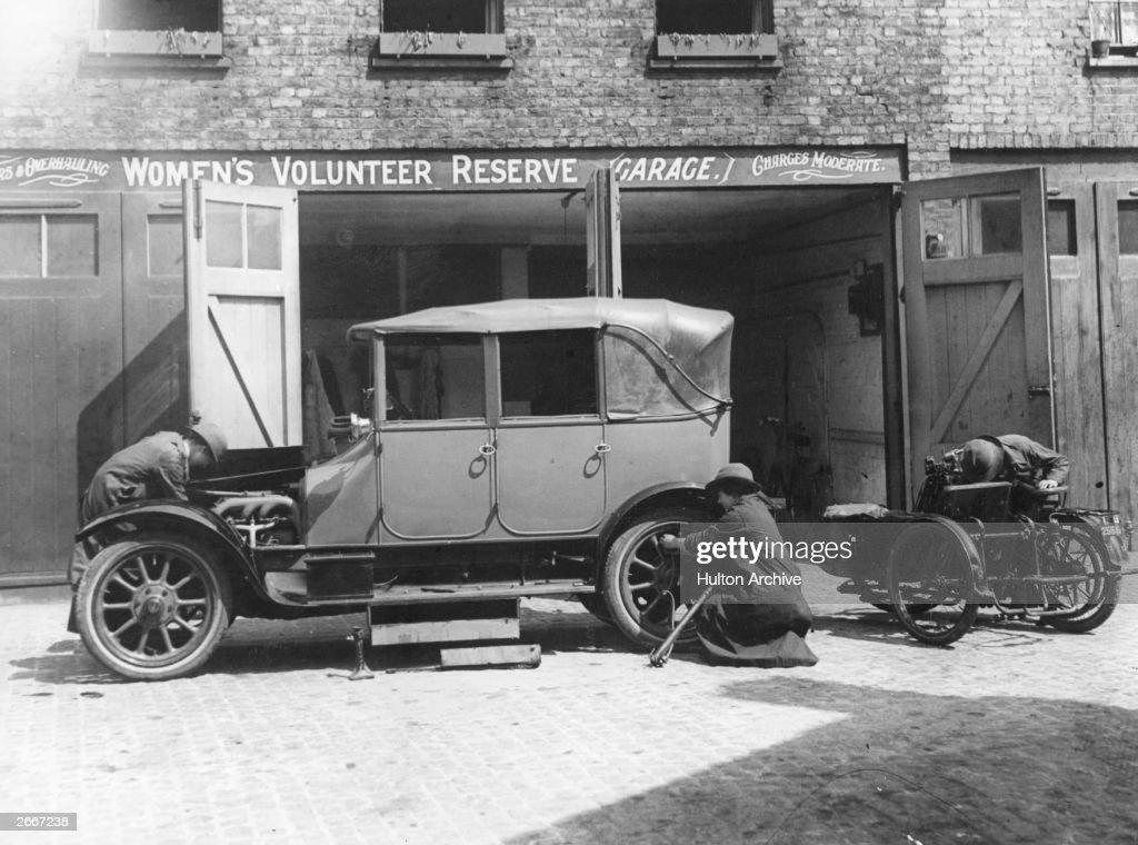 Women Car Mechanics : News Photo