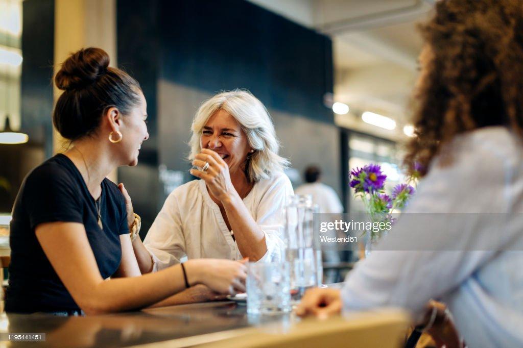 Women meeting in bistro, having fun : Stockfoto