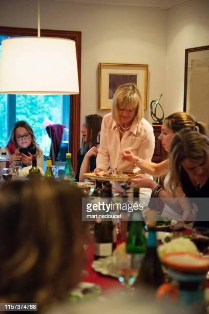 """women of all generations having dinner. - """"martine doucet"""" or martinedoucet - fotografias e filmes do acervo"""