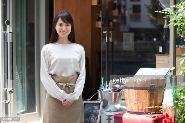 カフェの店員の女性
