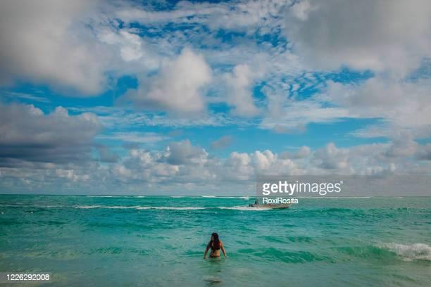 women on the beach - argentinischer abstammung stock-fotos und bilder