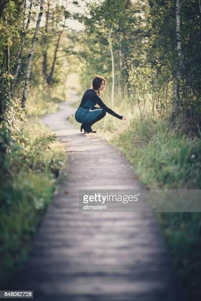 Frauen am Holzweg in der Natur
