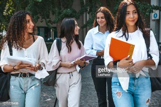 frauen nur college-studenten zu fuß auf der straße - nordafrikanischer abstammung stock-fotos und bilder