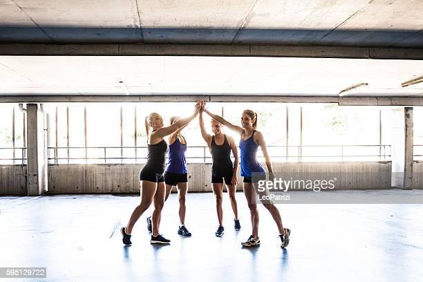 Mujeres sólo equipo deportivo después de la rutina de ejercicios