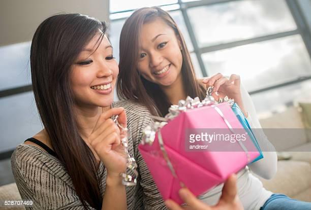 Frau öffnen ein Geschenk