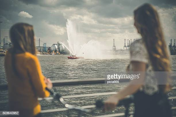 Frauen im Freien genießen Sie die Boote parade
